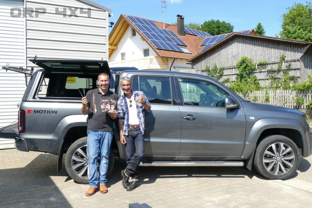 Siegfried Vadasz und Herr Kern vom Comedy Duo Messer und Gabel von dem neu aufgebautem RSI Evo Sport Hardtop für den VW Amarok
